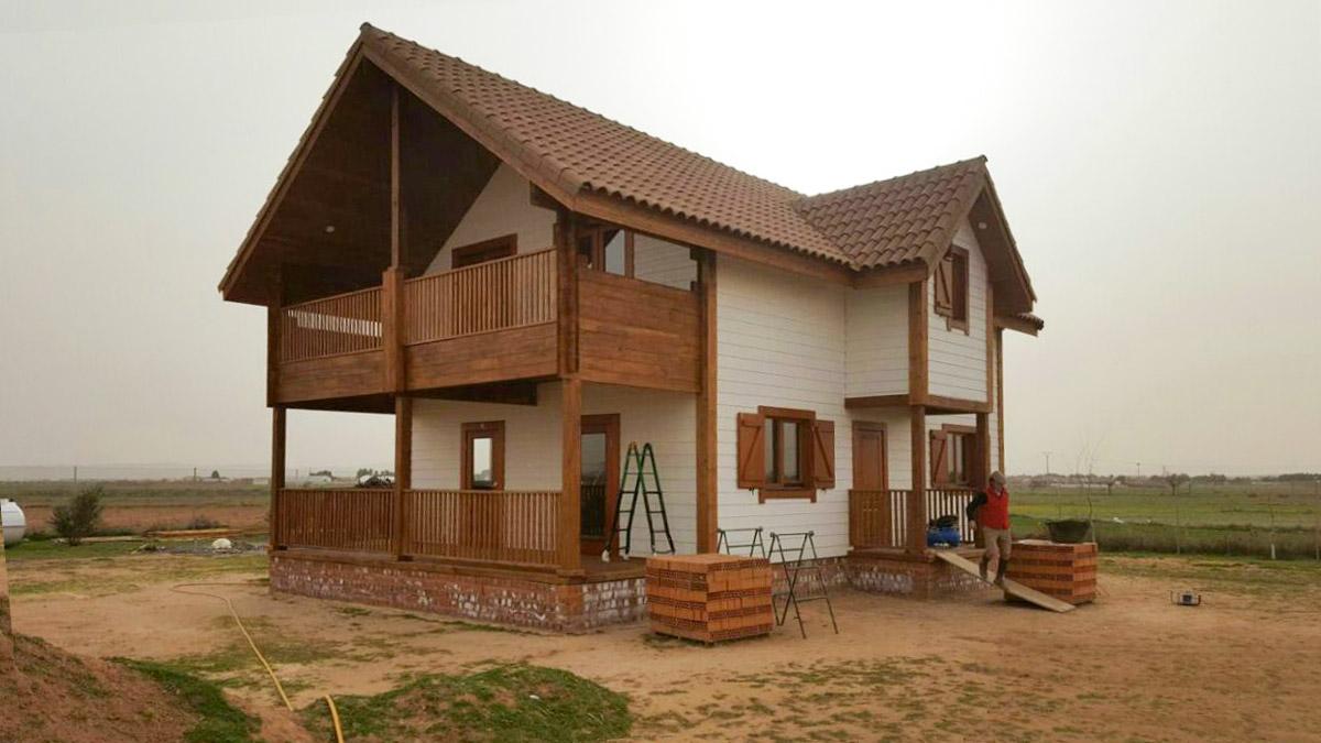 Двухэтажный деревянный дом