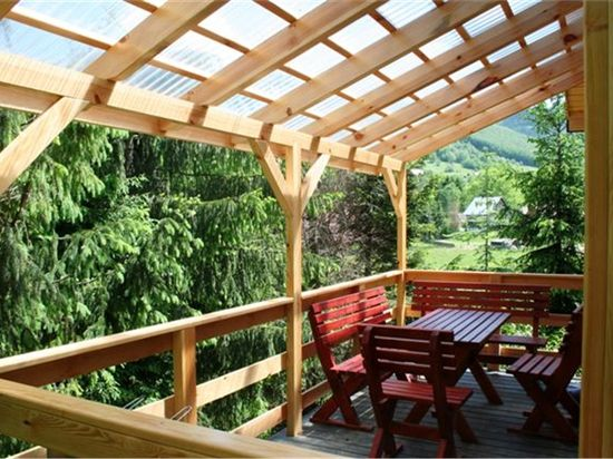 деревянный дом с навесом