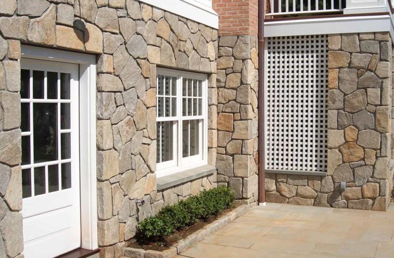 Природный и искусственный камень на фасаде