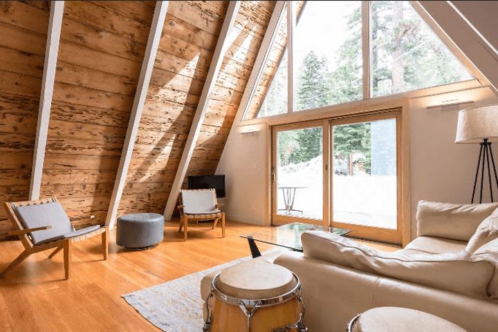 Дизайн зала в А-образном коттедже