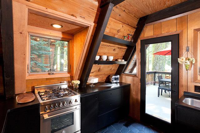 Интерьер кухни в А-образном коттедже