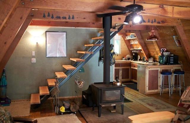 лестница в А-образном коттедже