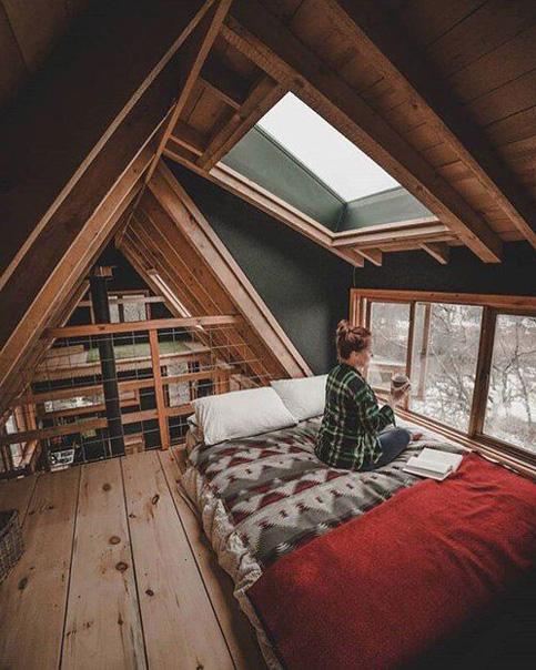 Спальня в А-образном коттедже