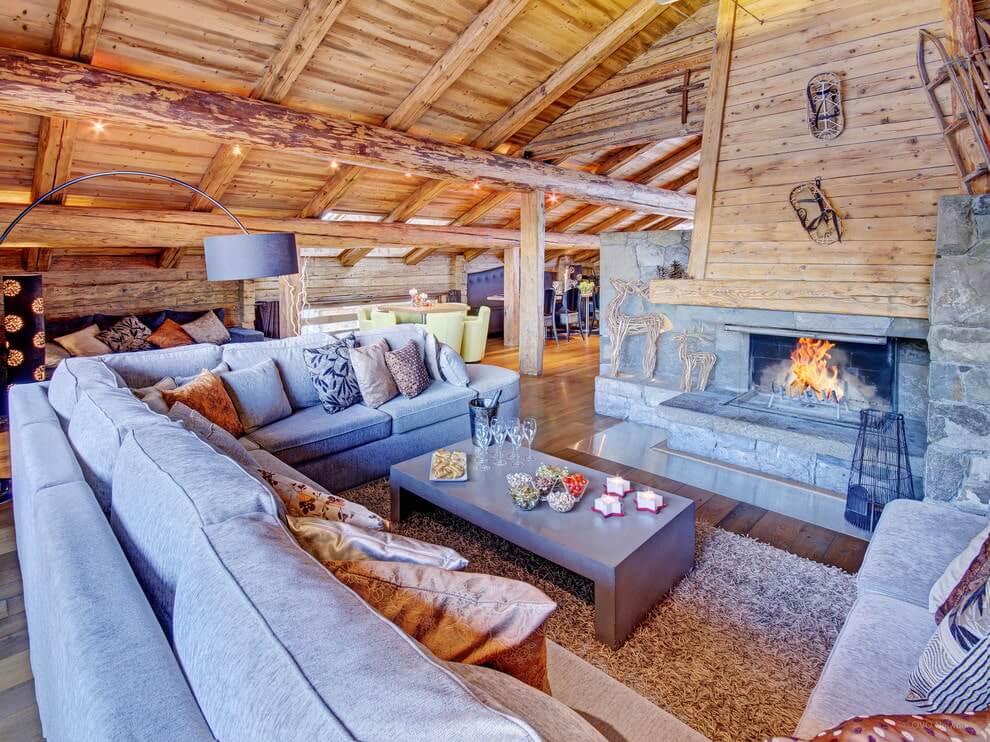 Выбор дивана в гостиную деревянного дома