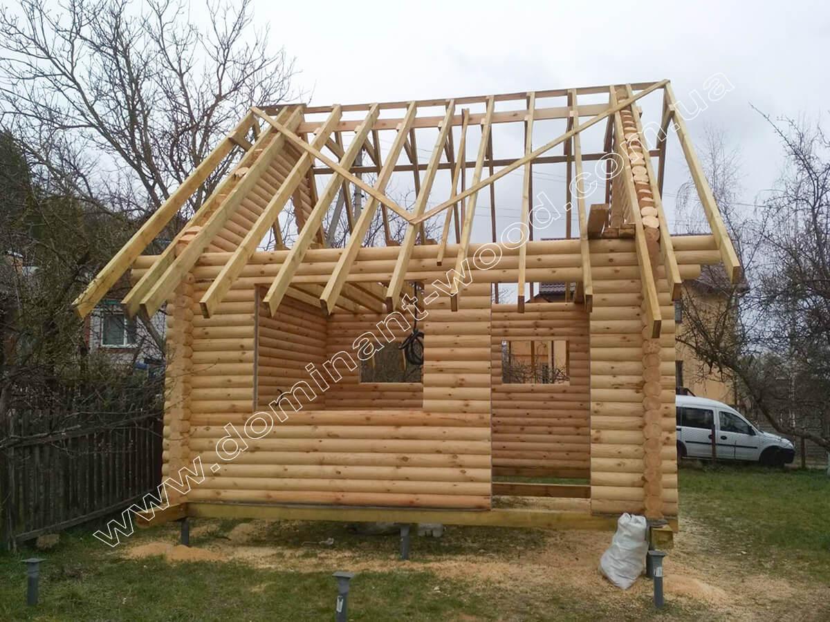 Дерев'яний будиночок з мансардою