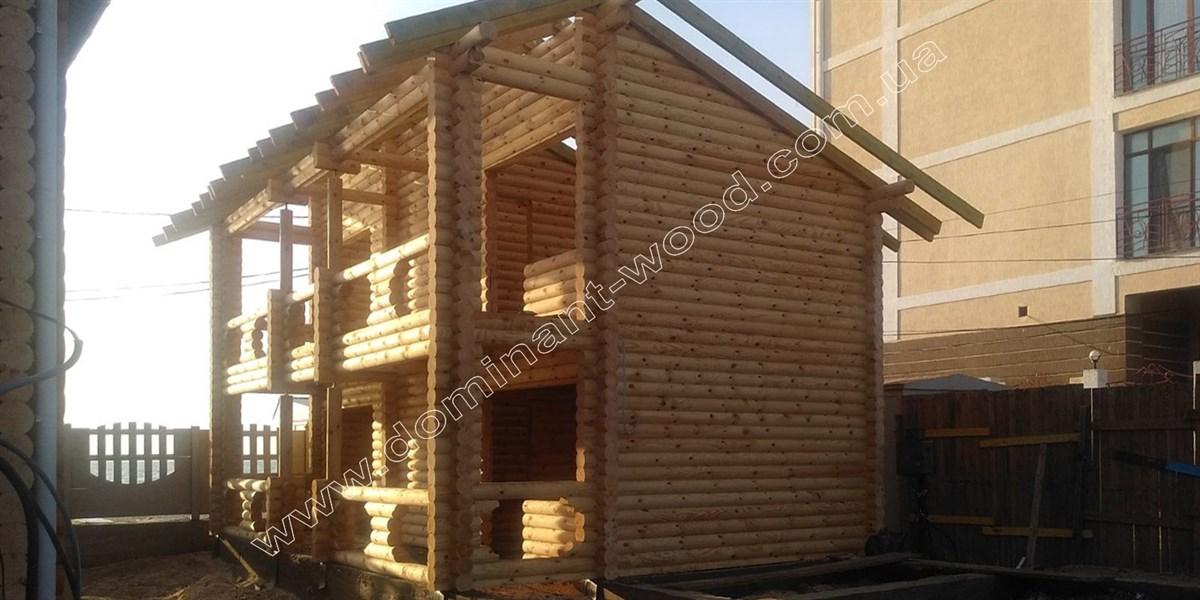 Дерев'яний готель на два поверхи