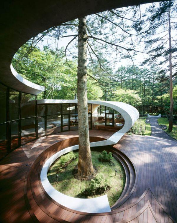 Овальный дом в лесах Японии