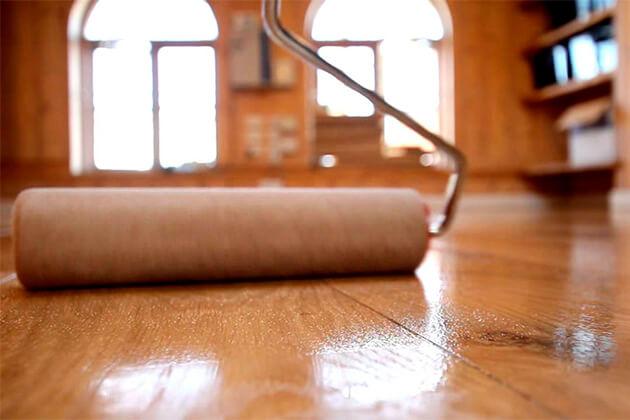 Як покрити дерев'яну підлогу лаком