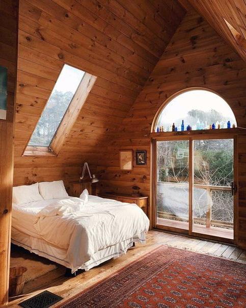 спальня на мансарді будиночка-піраміди