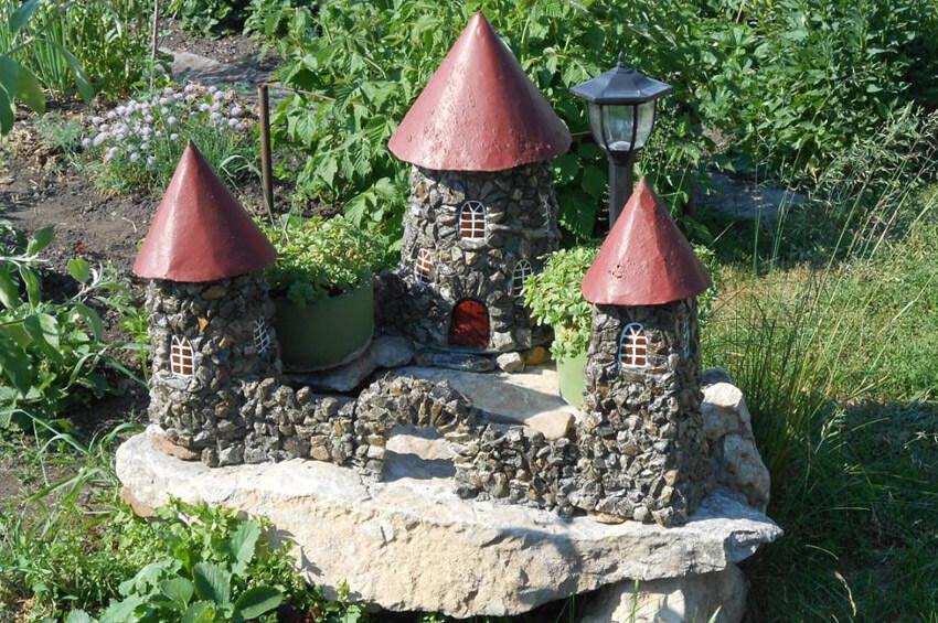 Як прикрасити сад скульптурами і ліхтариками?